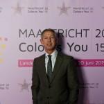 Burgemeester Hoes poseert voor een bedrukt PVC doek